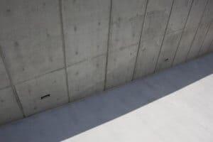 קיר בטון וכל המרכיבים מסביב